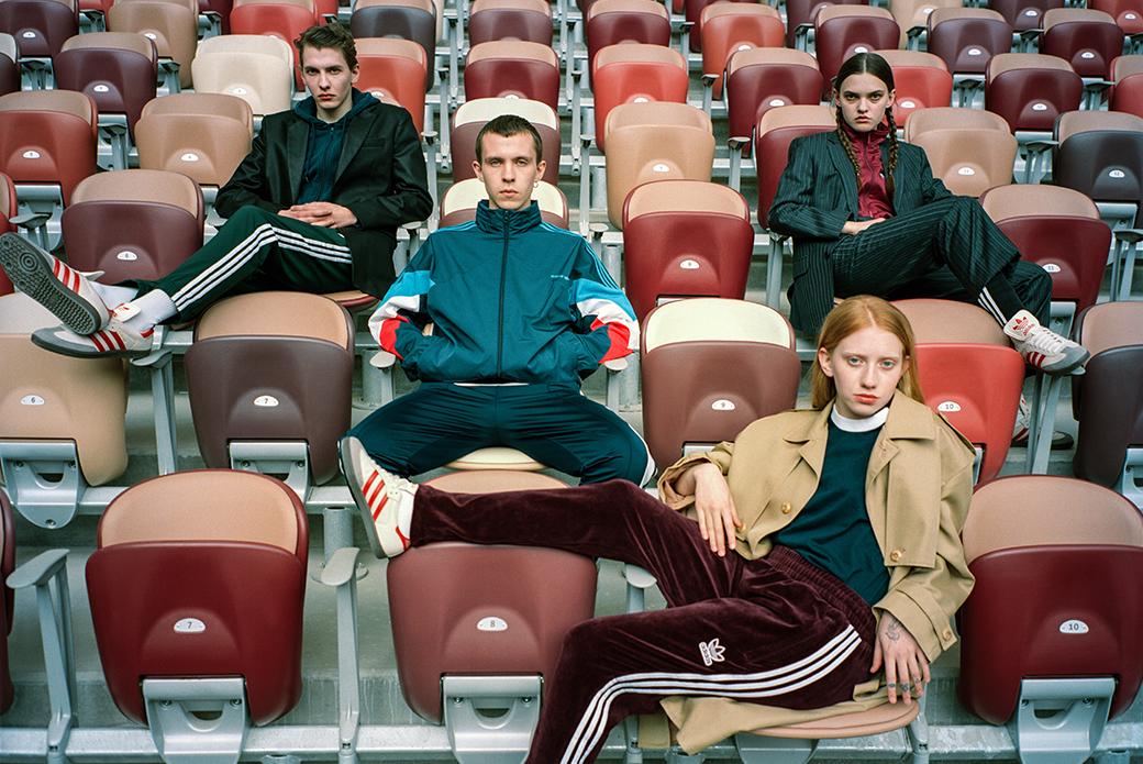 Фанаты в кроссовках adidas Samba Лужники на стадионе