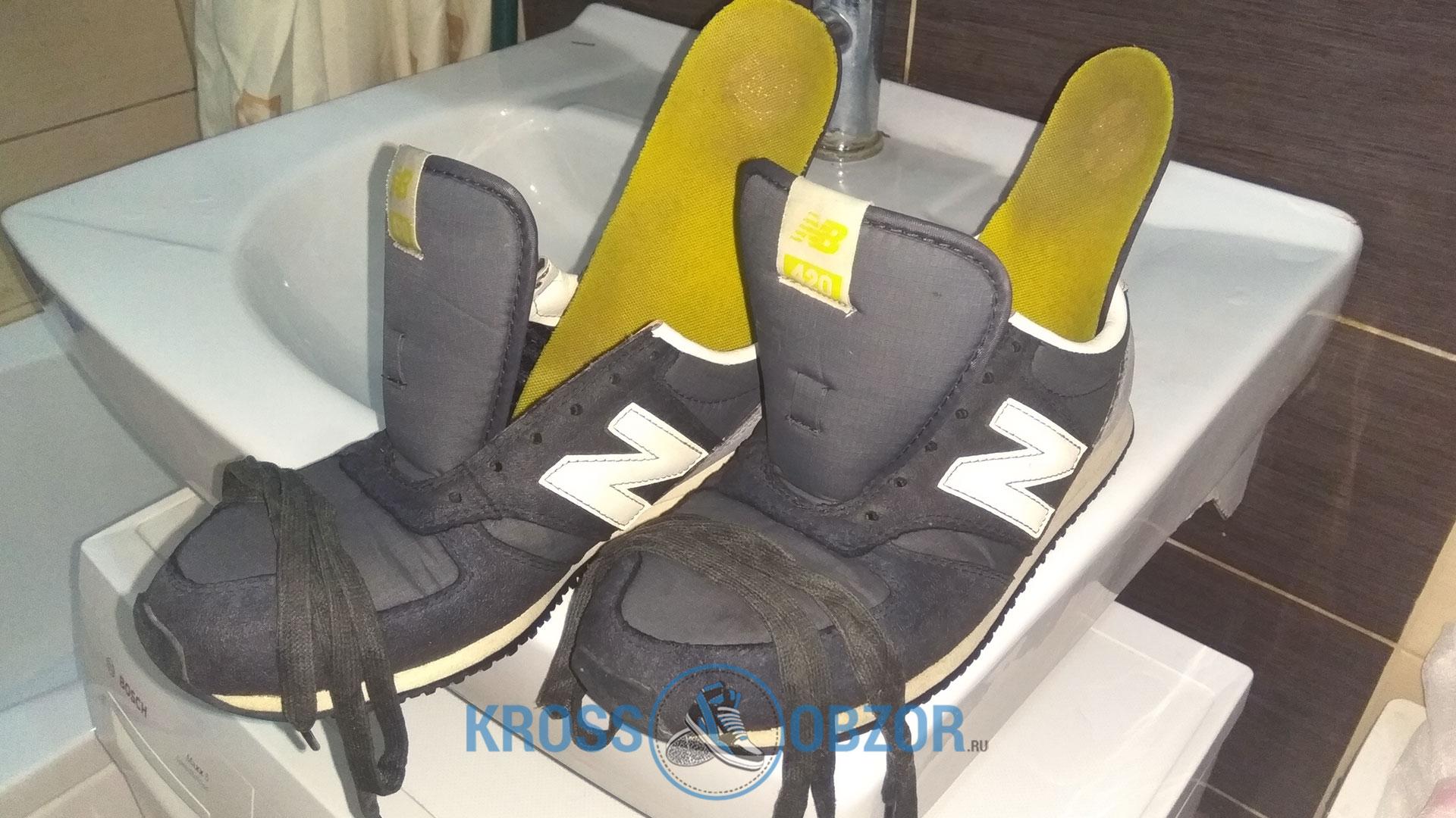 Достаем стельки и высовываем шнурки из кроссовок