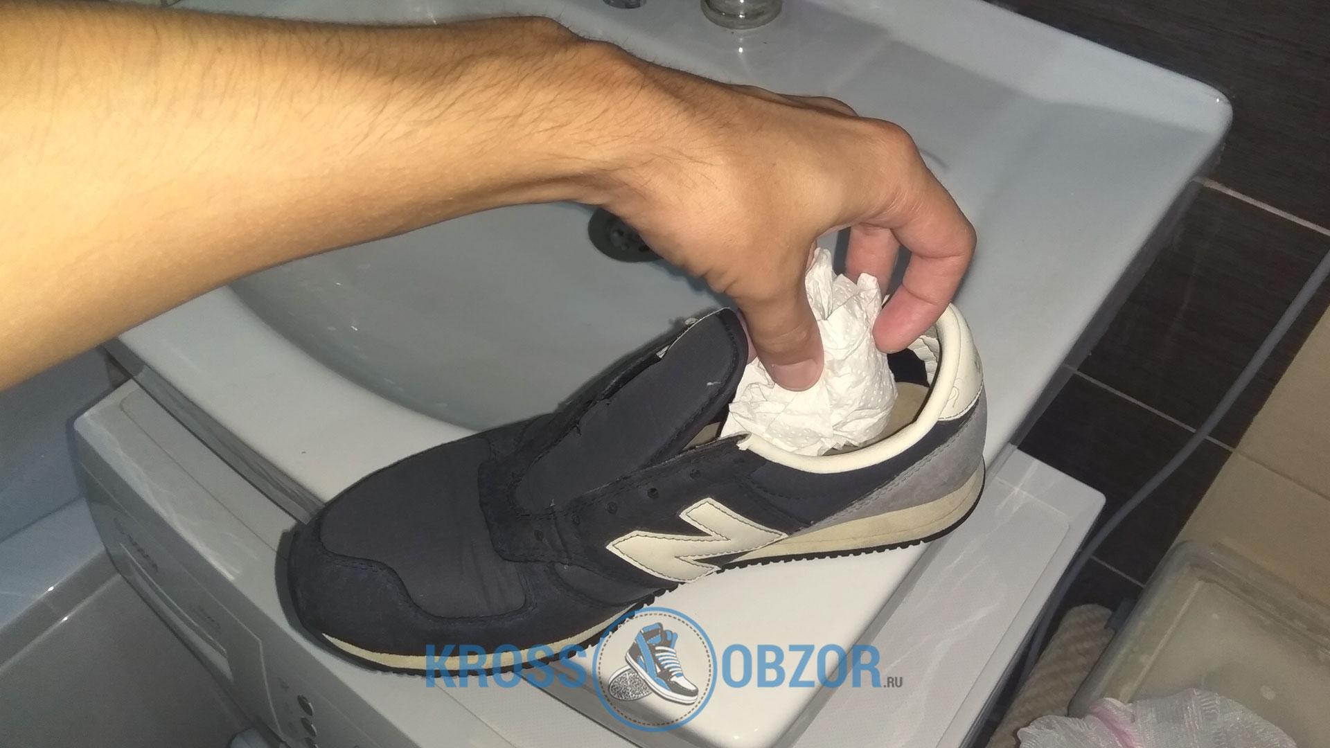 Кладем бумагу или салфетки внутрь кроссовок